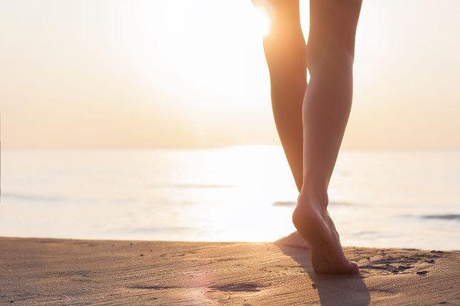 Los paseos por el mar o remojar los pies en agua salada nos añudará a curar el uñero