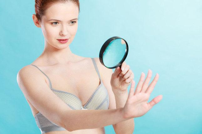 Una mancha que aparece debajo de las uñas que va creciendo longitudinalmente puede tratarse de un melanoma