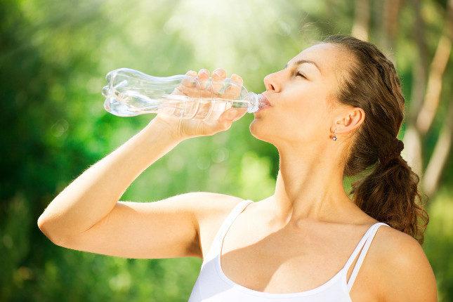 Bebe mucha agua para hidratar tu cuerpo por dentro