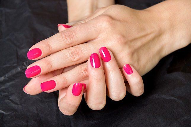 Dependiendo del tono de esmalte que utilicemos puede provocar unos efectos secundarios