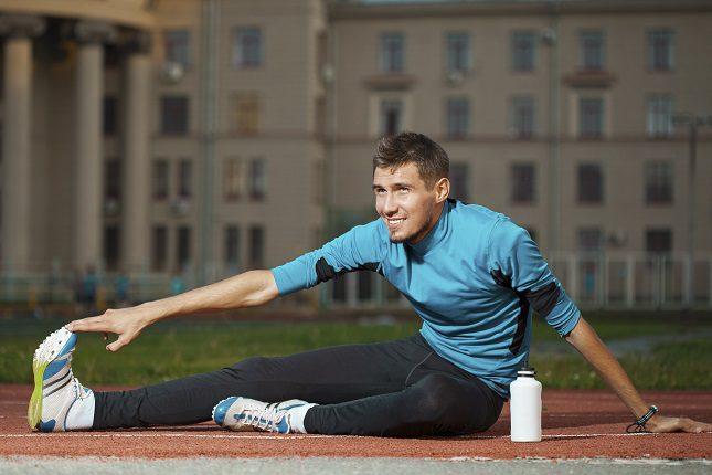 Estirar es una medida preventiva para evitar calambres y posibles desgarros