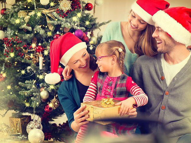 Disfrazarse y hacer una fiesta con la temática de estas fechas es una buena opción para pasar la navidad en casa