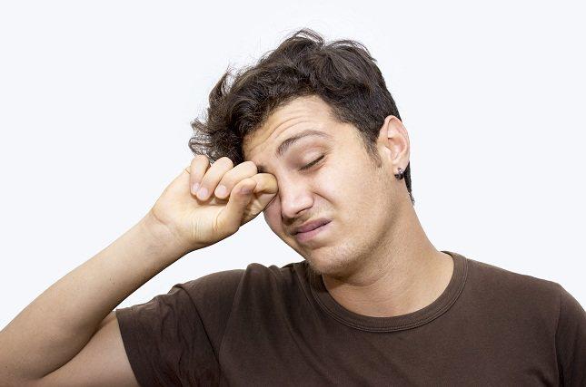 Cuando tus ojos empiezan a estar un poco irritados es seguro que de forma inconsciente te los frotas para aliviar esa sensación