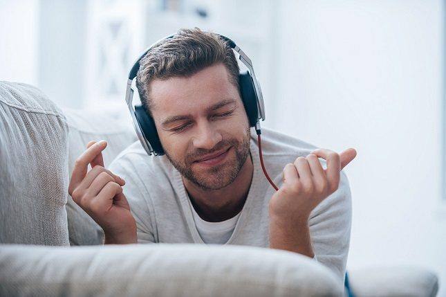 Para evitar futuros problemas de salud, se aconseja el escuchar la música por debajo de los 85 decibelios