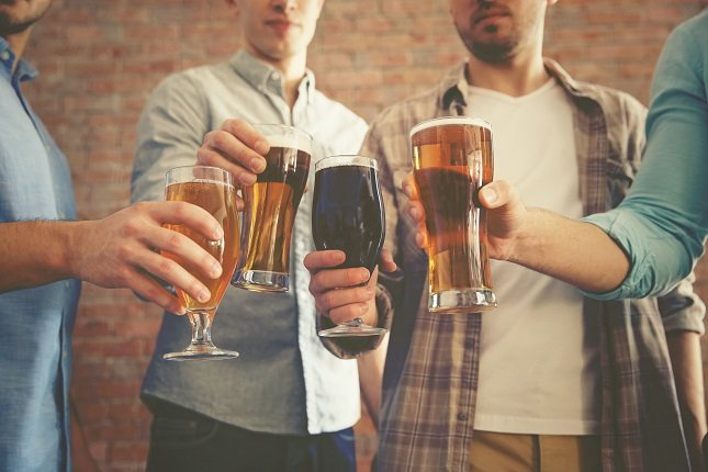 Para vender la cerveza, muchos anuncios dicen que tienen propiedades excelentes en los ingredientes de la bebida