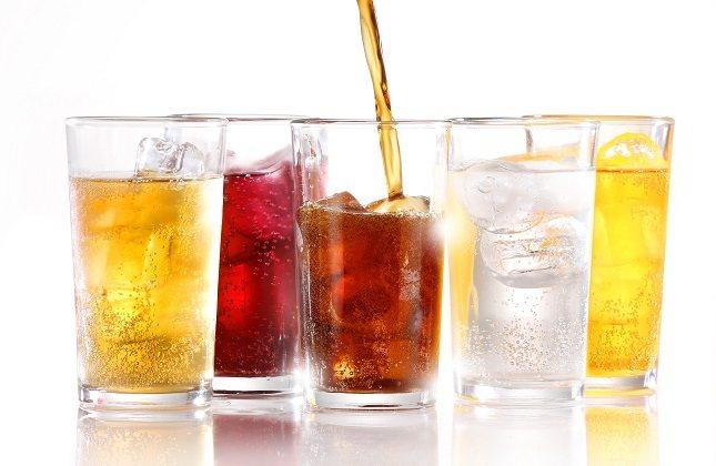 El bajo pH de estas bebidas puede llevar a la erosión de la superficie del esmalte