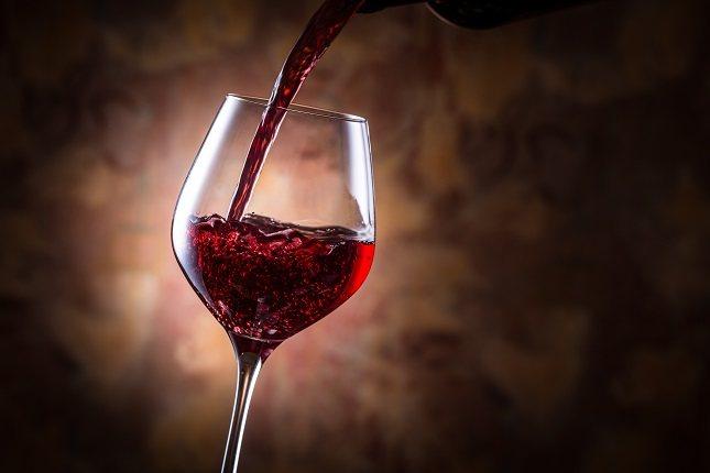 Tomar una botella entera de vino mientras comes puede arruinar tu sistema digestivo