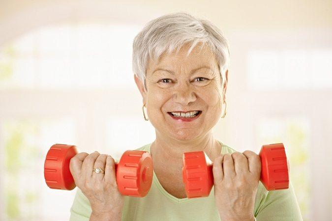 Las flexiones de pared son un ejercicio excelente y seguro para la fuerza de la parte superior del cuerpo