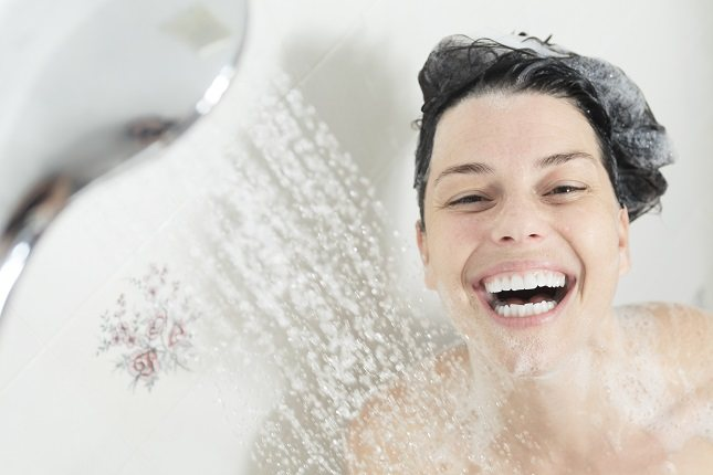 Los jabones eliminan los aceites de tu piel, por lo que tu piel se seca y adquiere una textura áspera