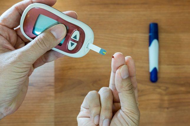 Las personas con diabetes deben tener especial cuidado en mantener sus niveles de azúcar en la sangre bajo control