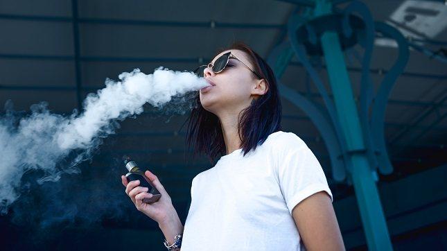 En el aspecto negativo se ha constatado que el cigarro electrónico pude causar algún que otro problema de salud