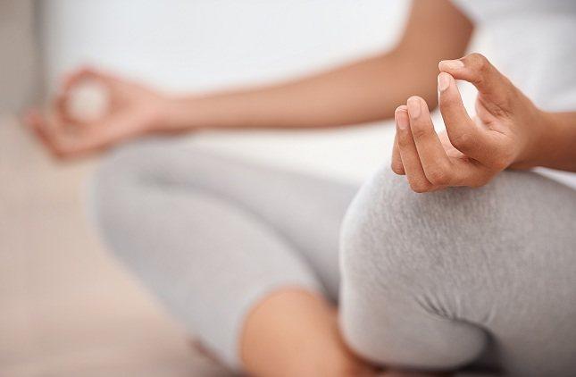 Ponte de pie o estando sentado/a durante unos momentos y escanea tu cuerpo de la cabeza a los pies
