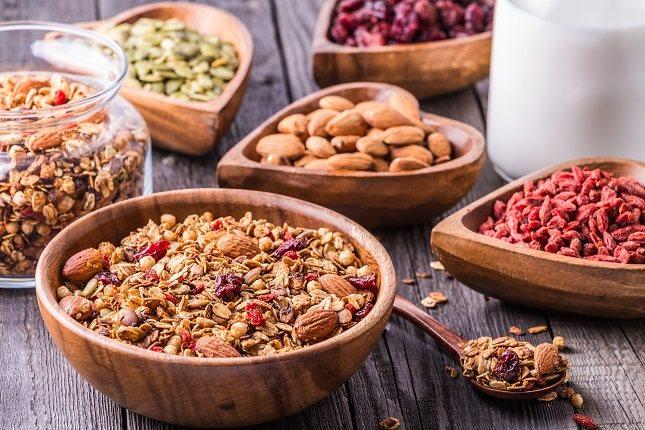 Comer más alimentos a base de vegetales, cambiar a cereales integrales y comer fruta durante todo el día ayudará a alcanzar la cantidad diaria recomendada