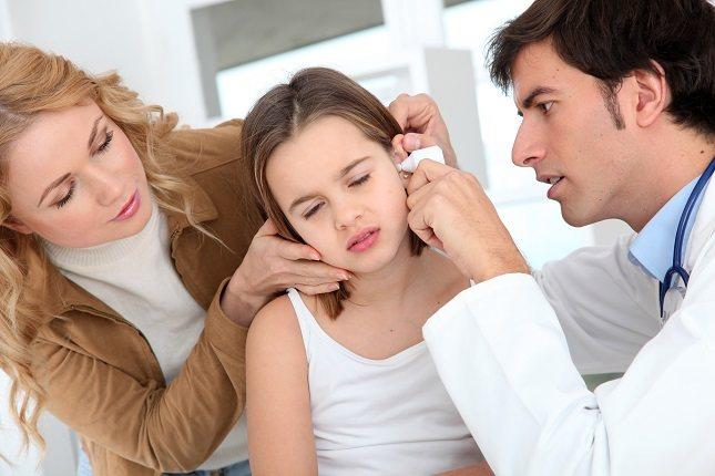 El síntoma más obvio es un bulto o nódulo elevado y doloroso en el cartílago de la oreja