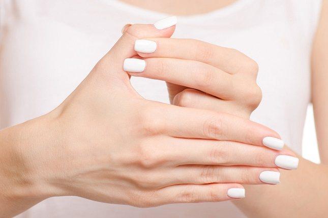 En relación a los síntomas hay que indicar que los más evidentes y claros son el cambio de color en las manos