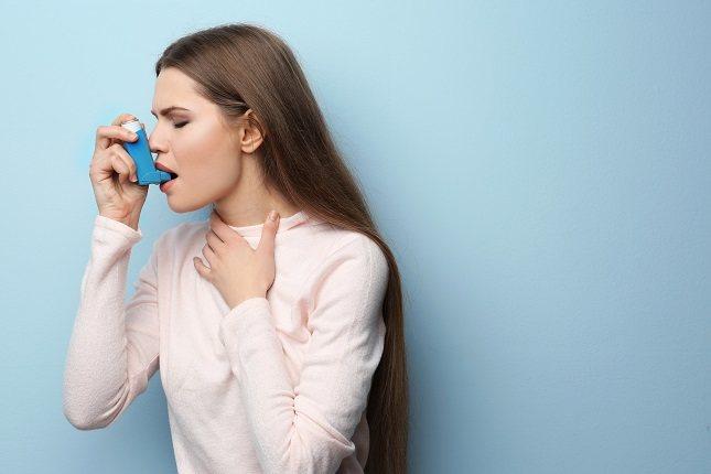 Tanto si padeces asma como si tienes bronquitis podrías padecer tos, puesto que es el síntoma más común en ambos casos