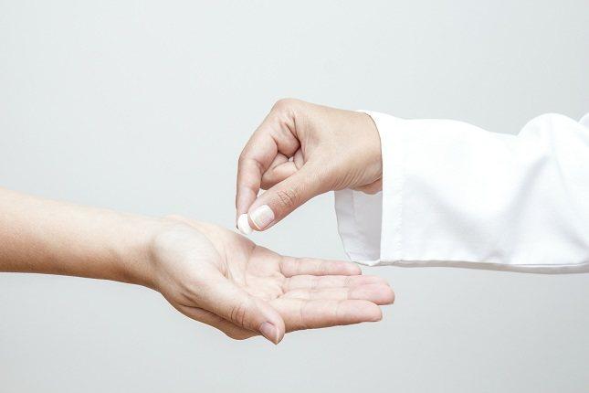 Debes tragar los comprimidos completos con agua