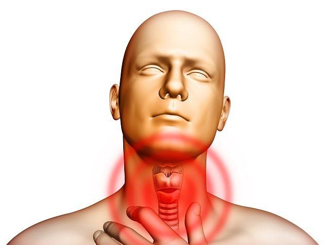 Los principales síntomas de padecer nódulos tiroideos son, primero de todo, notar una protuberancia real en la garganta