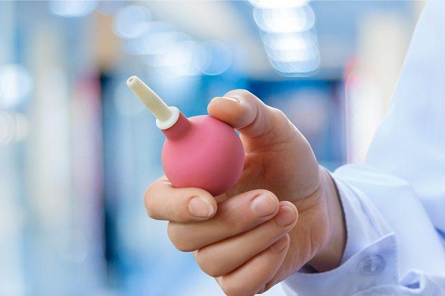 Un enema es un dispositivo real y se suelen comprar en la farmacia