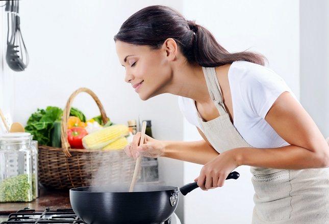 También es buena idea utilizar toallitas desechables para limpiar las superficies de la cocina