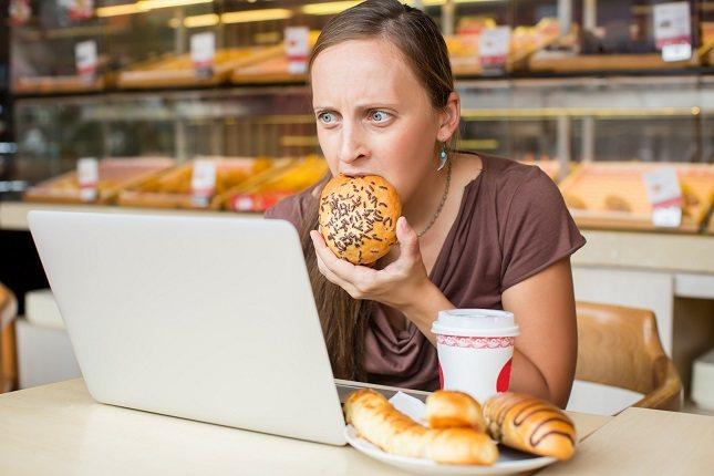 El estrés también puede hacer que las personas coman más de la cuenta