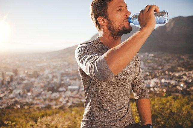 El agua es esencial para mantearte hidratado