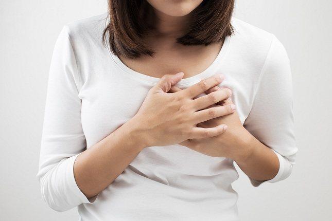 El síntoma principal de la angina de pecho consiste en un fuerte dolor en la parte central del pecho