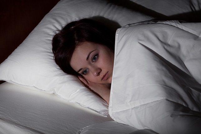 El síndrome de las piernas inquietas es un impulso involuntario de mover las piernas mientras se duerme o se descansa