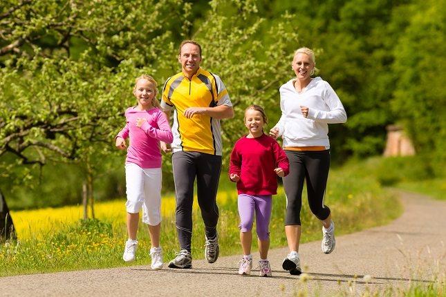 Haz que tu hijo te acompañe mientras corres, caminas, patinas o vas en bicicleta