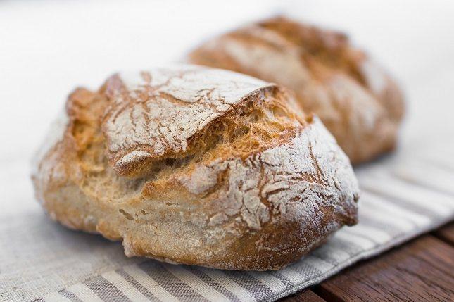 El pan de centeno contiene menos gluten, proteínas y grasas que el pan blanco