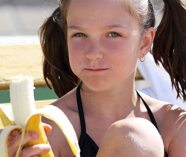Almacena los plátanos sin pelar a temperatura ambiente