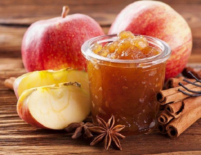 La compota de manzana es otra fruta de sabor suave que puede ayudarte a sentir menos náuseas