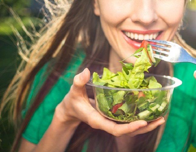 El rango de quema diaria de calorías es desde 1600 calorías (kcal) para unamujersedentaria