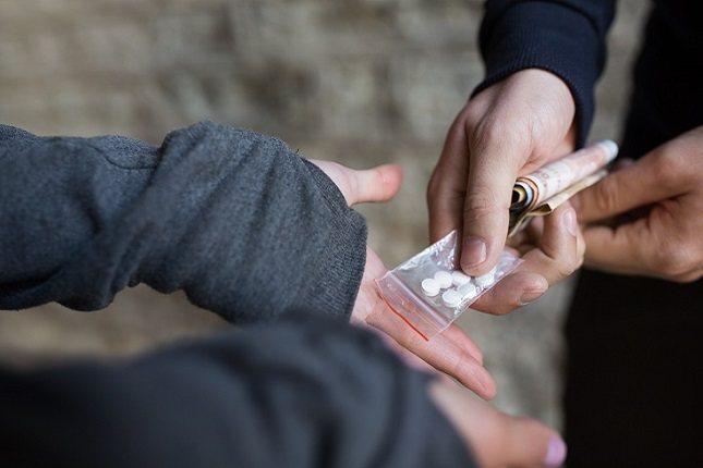 La heroína es una droga altamente adictiva en la familia de los opioides
