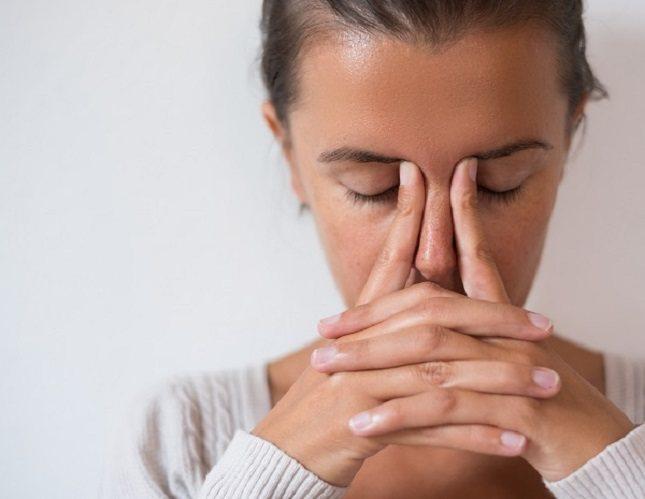 El estrés aumenta tu ritmo cardíaco, lo que te hace respirar más rápido y contrae los músculos
