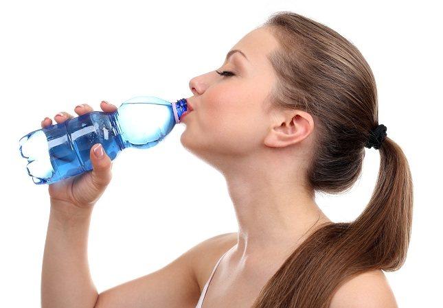 Beber mucha agua todos los días es una manera eficaz y esencial para ayudar a desintoxicar