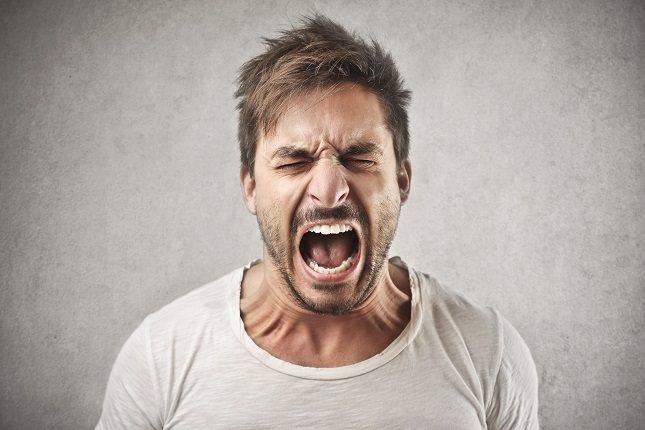 Las conductas desafiantes como la ira y la agresión pueden ocurrir con más frecuencia en las etapa media de la demencia