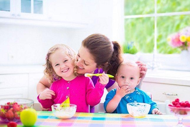 El tamaño de la porción para un niño de 8 a 12 meses es de 1/4 a 1/2 taza de yogur