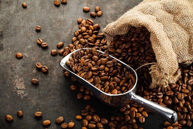 La cafeína se encuentra en productos como los granos de café, los granos de cacao, las hojas de té o el mate