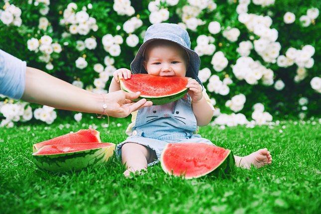 El tamaño de una taza es lo correcto para un niño pequeño