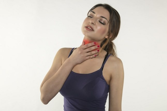El esófago comienza en la garganta (faringe) y va hacia el estómago, pasando a través del diafragma
