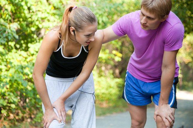 Si la persona sufre una luxación en la rodilla, lo primero que debe hacer es esperar a que llegue el equipo médico