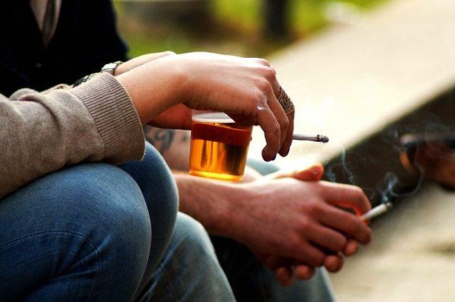 Las autoridades deberían restringir mucho más el acceso que tienen los adolescentes a la hora de beber o fumar