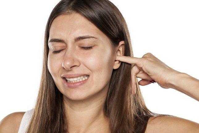 El oído medio está ubicado detrás del tímpano