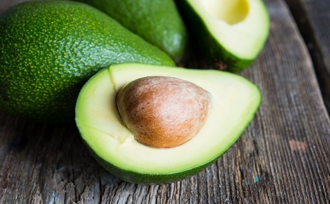 Los aguacates también contienen casi 20 vitaminas, minerales y fitonutrientes beneficiosos