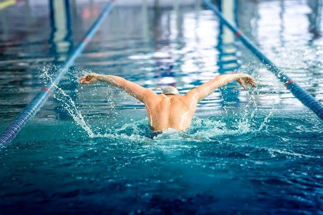 Tomar una carga de entrenamiento demasiado pesada en la piscina puede ocasionar agotamiento y fatiga