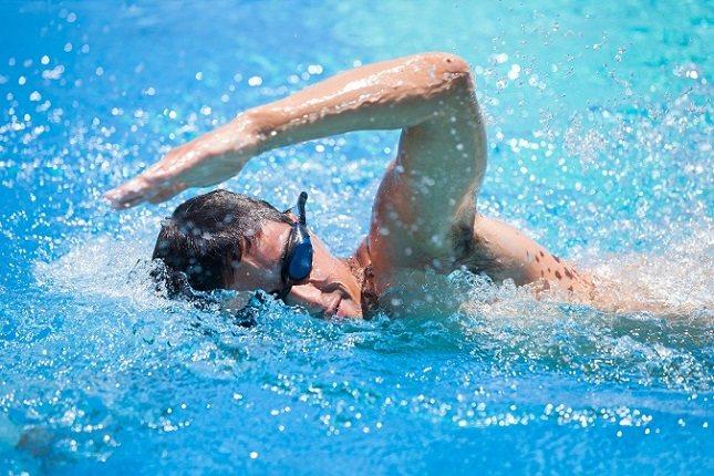 El agua de la piscina también ofrece resistencia contra cada movimiento