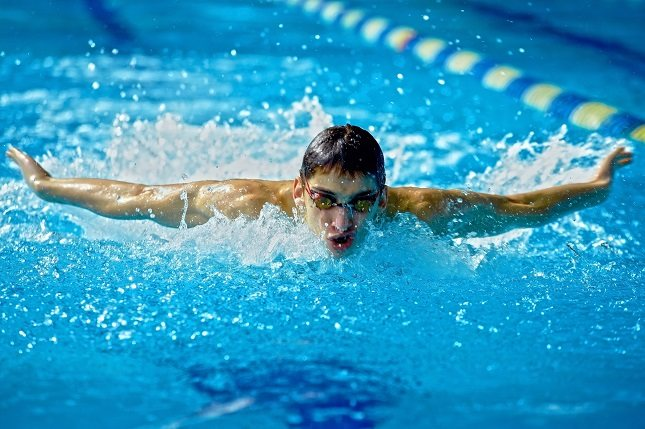 No debes sentir dolor mientras nadas