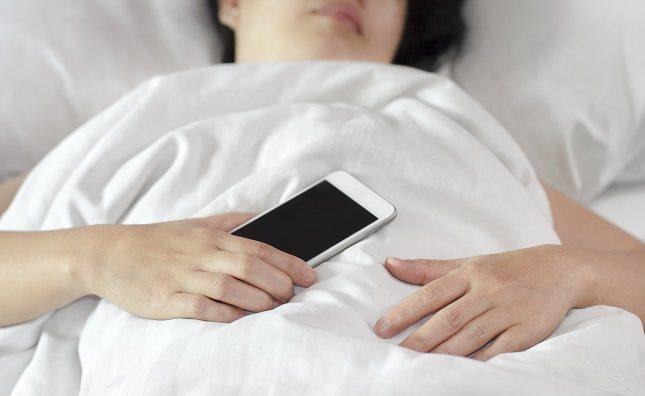 No duermas con el teléfono en la cama o cerca de la cabeza