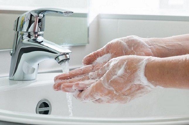 Casi todas las personas no se lavan las manos el tiempo suficiente